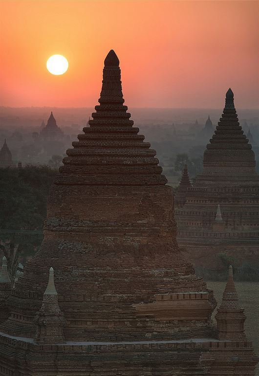 Sunrise over the temples of Bagan / Myanmar